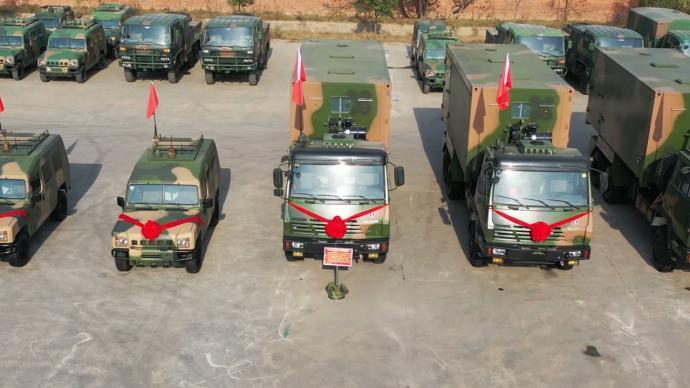 火箭军新型战车入列,战士列队见证装备更新