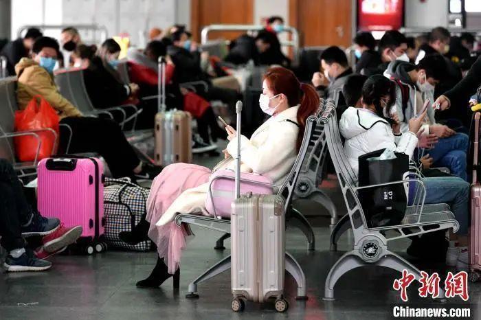 资料图:候车厅里等车的乘客。 王东明 摄