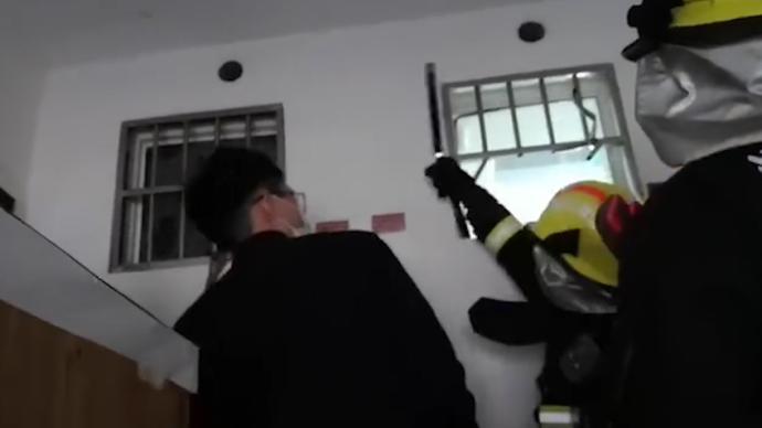 家长误以为带了钥匙顺手关门,18个月幼童被困