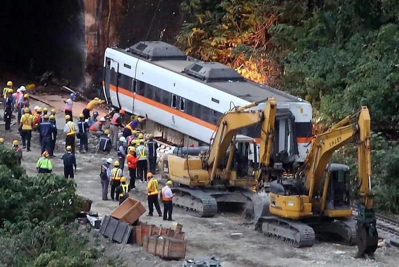 事故列車第四節車廂被順利拉出