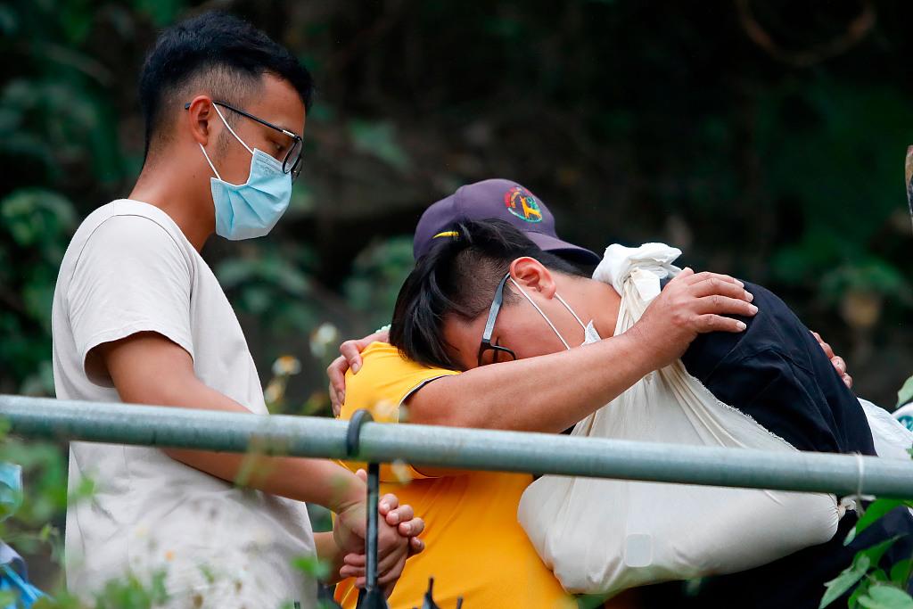 一位事故倖存者在紀念儀式上為遇難者緬懷默哀 資料圖