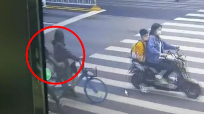 女子骑单车一公里途中手机消失,民警查监控发现小偷