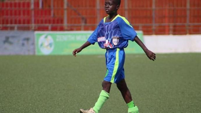 非洲11岁男孩踢上职业比赛,粉丝呼吁保护好他