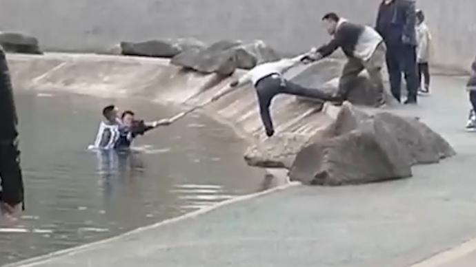 男孩跌落人工湖,武警百米冲刺跳湖救起