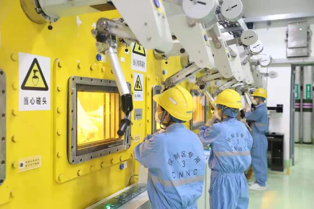 玻璃固化体浇注。图片来源:国家原子能机构