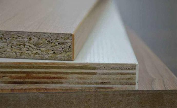 """男子定制实木颗粒板家具一个柜子有3种板材,商家:""""行规"""""""