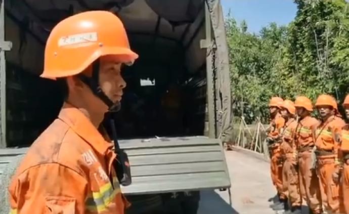 支援西昌扑灭森林大火的武警官兵4月5日撤离