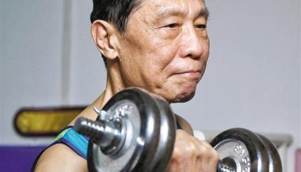 体坛联播|西媒报道钟南山体育故事,法甲兰斯队医确诊后自杀