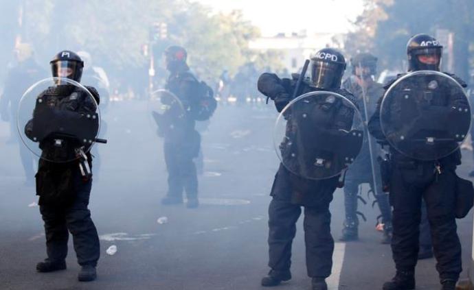 """白宫外""""和平示威者""""遭武力镇压,华盛顿市长:感到震惊"""