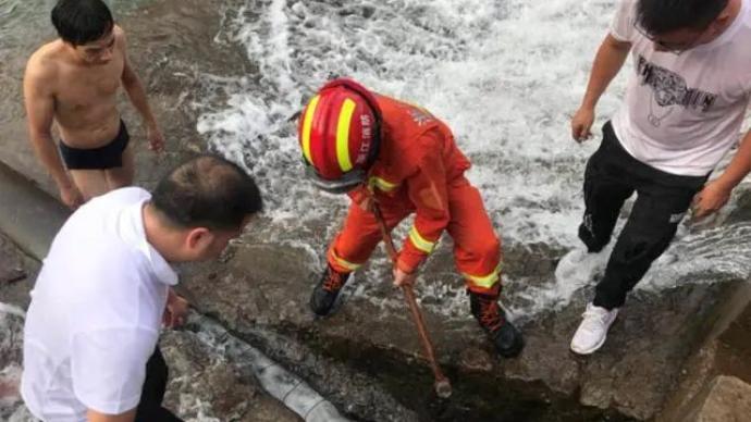 温州13岁女孩在河道游泳时被吸入堤坝排水管道,不幸身亡