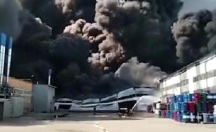 俄罗斯一油漆仓库发生大火,过火面积超1万平方米