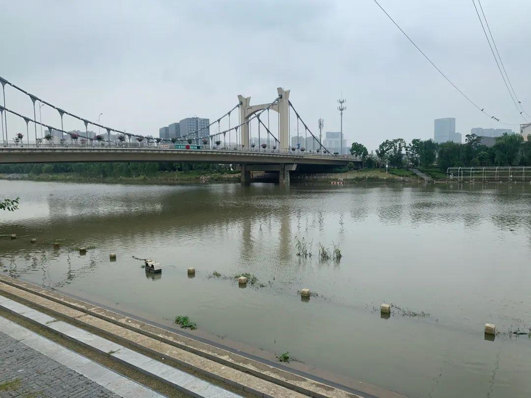 图为秦淮河水位上涨,已经淹没了大坝迎水面的亲水步道