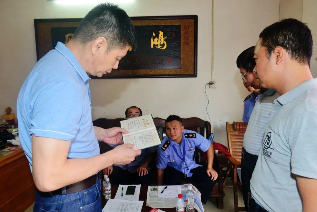 广西市场监管部门执法人员在开展专项检查