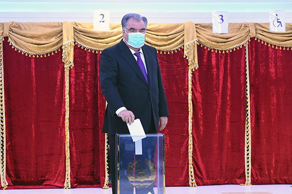 10月11日,塔吉克斯坦现任总统拉赫蒙在首都杜尚别参与投票。新华社 图