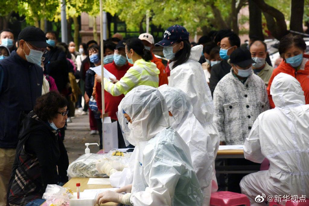 青岛开展全员核酸检测。 本文图片 @新华视点