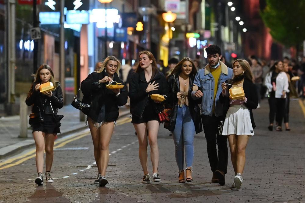 防控措施实行前夜,利物浦民众依然在街头狂欢。