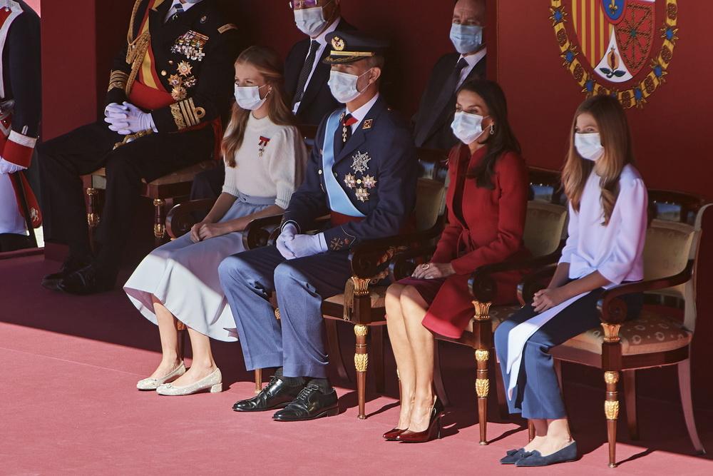 当地时间10月12日,受新冠疫情影响,西班牙国庆节阅兵庆祝活动一切从简,国王费利佩六世和其余王室成员佩戴口罩参加。