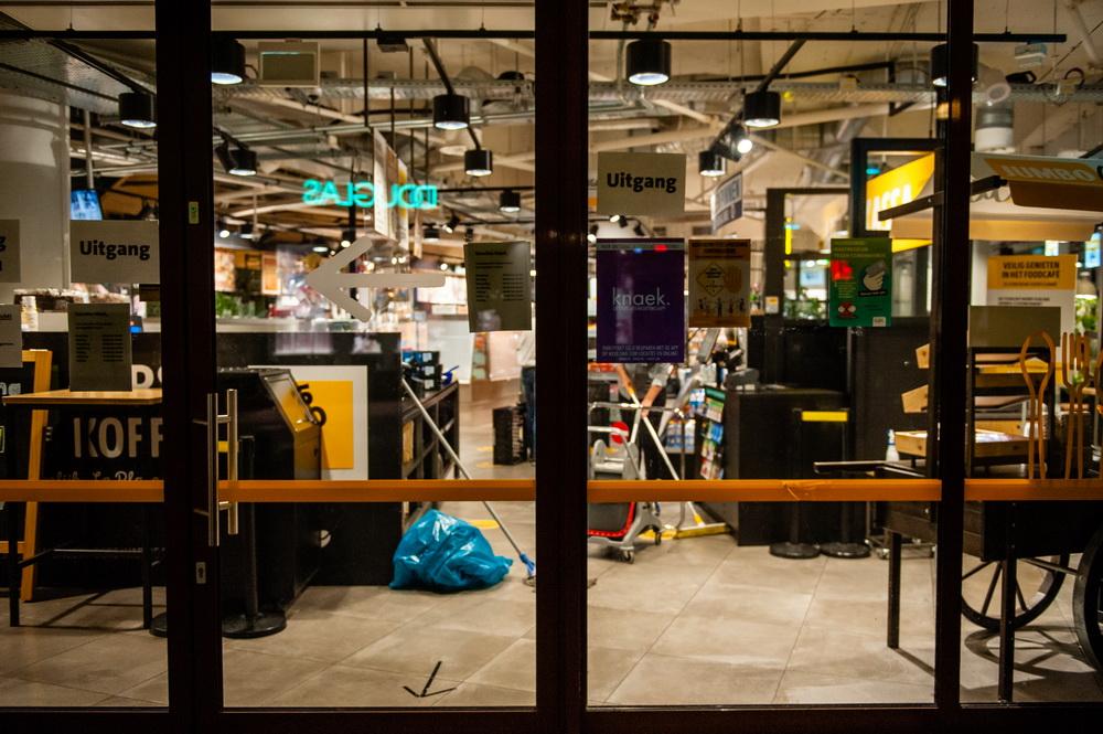 当地时间10月14日,荷兰,一家关门的商店。