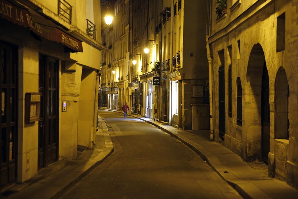 当地时间10月14日,法国巴黎,夜晚的街道人烟稀少。