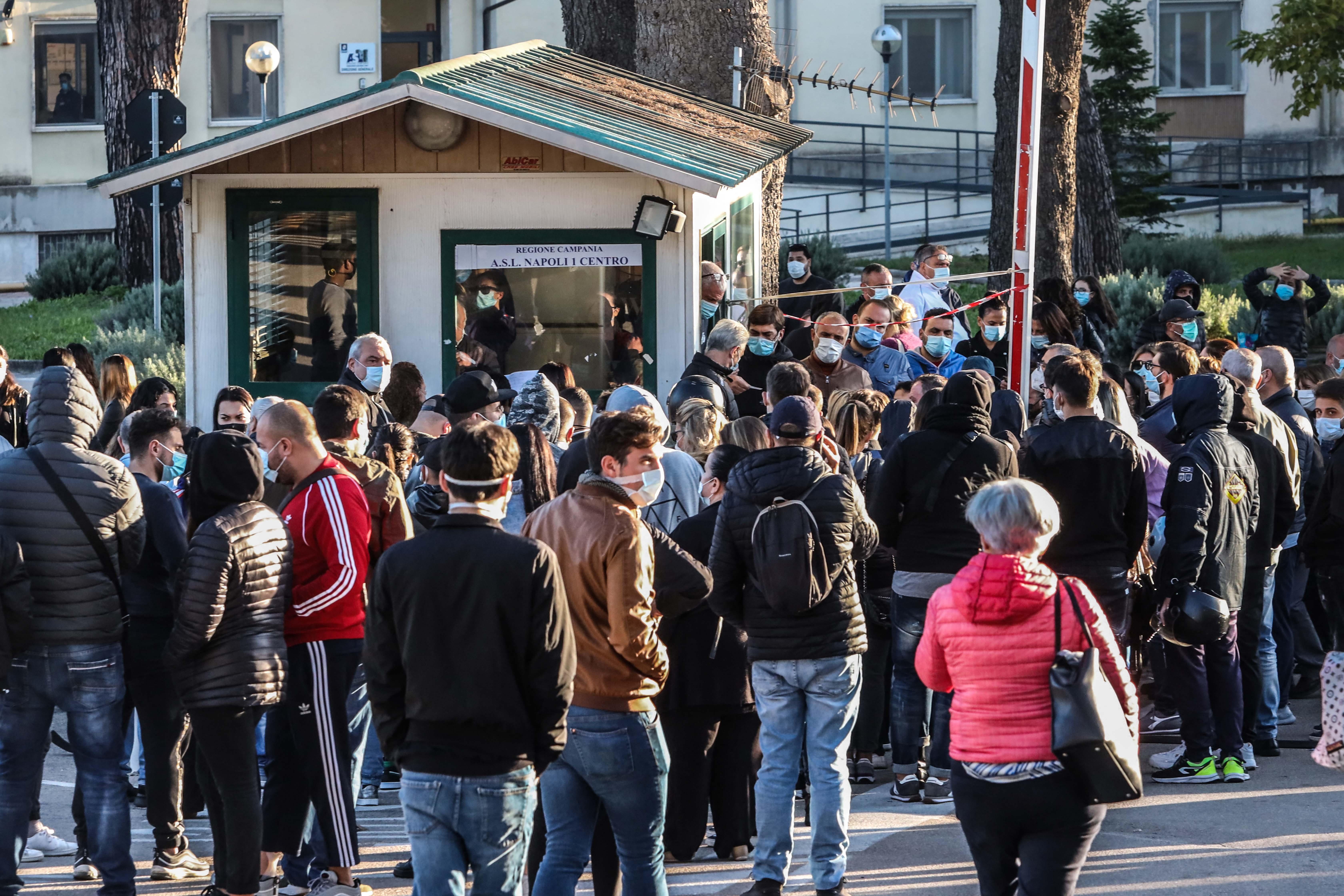 当地时间10月9日,意大利那不勒斯,民众在新冠病毒检测中心前排起长队。
