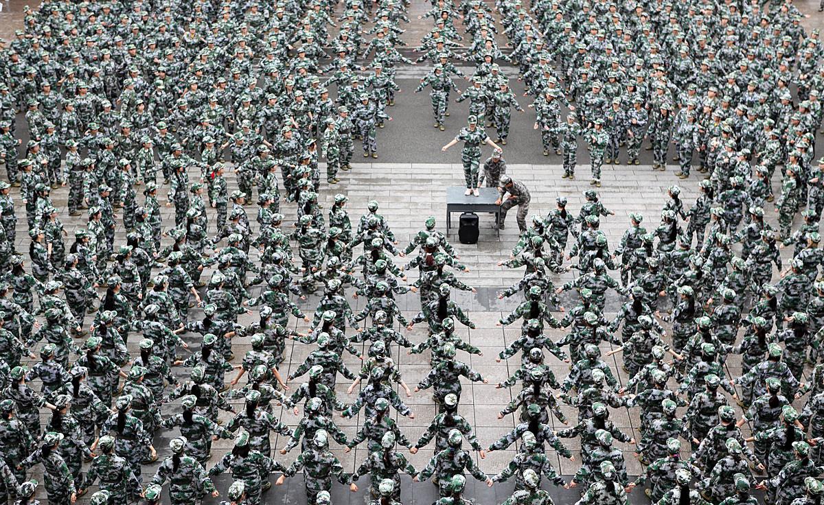 10月13日,重庆,水利电力职业技术学院在校园运动场开展2020级新生军训。陈仕川/人民视觉 图