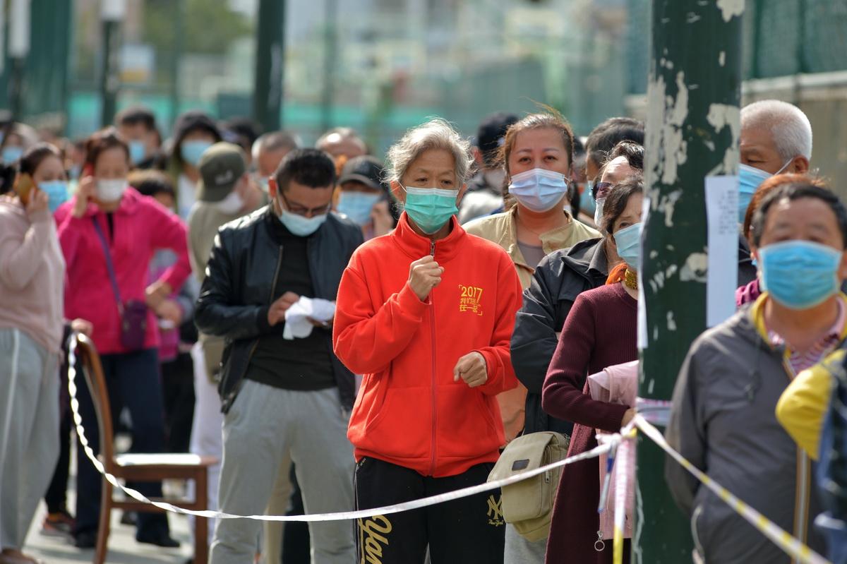 10月12日,青岛一处社区检测点,一市民在排队时攥紧了拳头。当日,青岛开展全员核酸检测首日,青岛市的各检测点现场秩序井然。人民视觉 图