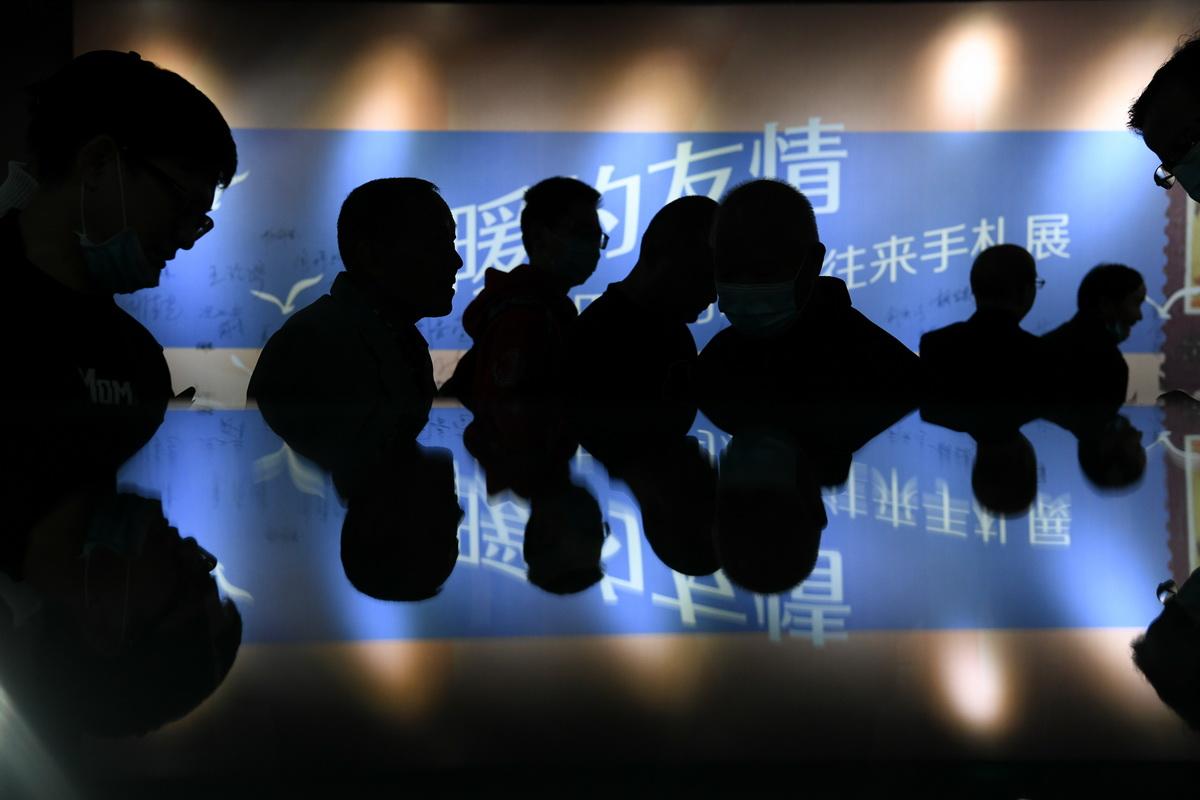"""10月17日上午,""""温暖的友情——巴金与友朋往来手札展""""在浙江嘉兴市图书馆拉开帷幕。当日,是巴金先生逝世15周年的日子。而嘉兴,是巴金先生的祖籍地。朱骏/视觉中国 图"""