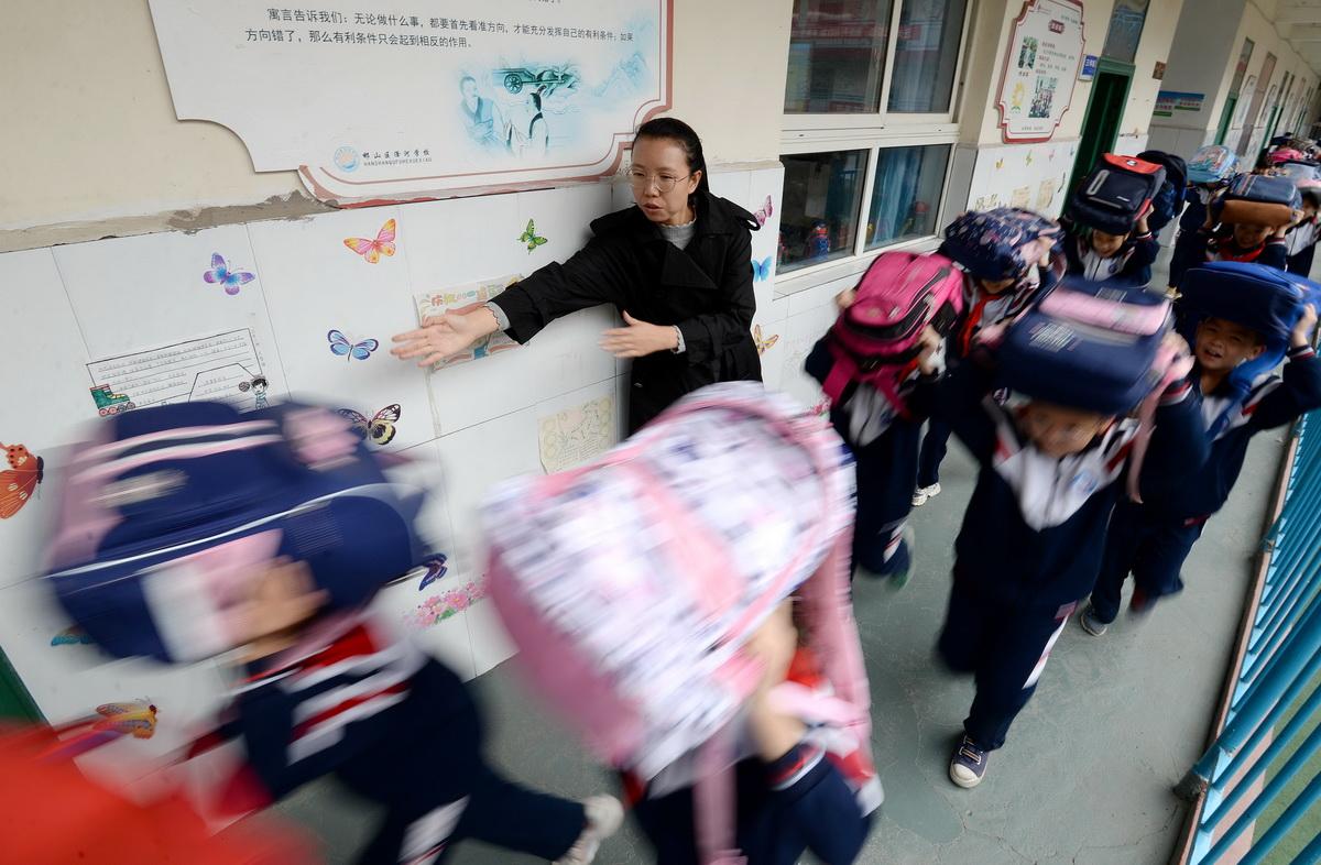 10月12日,河北省邯郸市邯山区滏河学校的学生在防震演练中紧急疏散。10月13日国际减灾日前夕,学校纷纷组织学生开展各类主题活动,以提高孩子们的防灾自救能力。郝群英/人民视觉 图