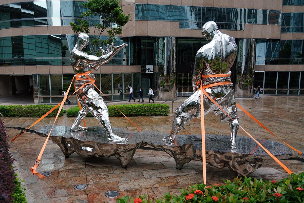 """10月13日,香港中环交易广场的雕塑""""云端""""被绷带缠绕,防止被大风破坏。受热带风暴""""浪卡""""影响,香港天文台当天清晨5时40分发布八号东北烈风或暴风信号,当时,热带风暴""""浪卡""""集结在香港西南偏南约450公里。 张炜/中新社 图"""