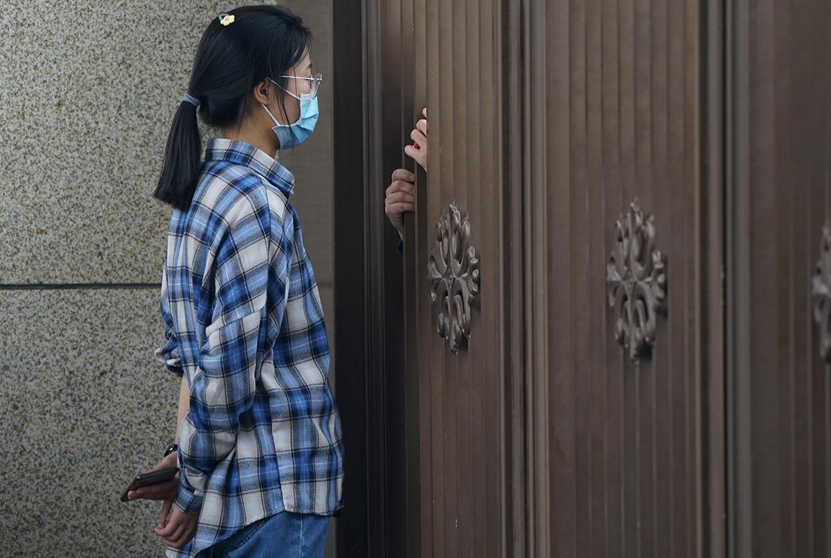 10月13日,郑州某大学新生报到。学校出于防疫需要,新生的家人不被允许进入校园。学生进入校园后,家长隔着大门不忘叮嘱几句。马健/人民视觉 图