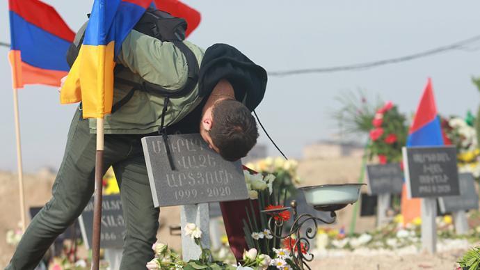 早安·世界|納卡沖突停火,亞美尼亞安葬陣亡士兵