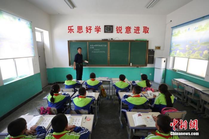 资料图:乡村小学课堂。中新社记者 于晶 摄