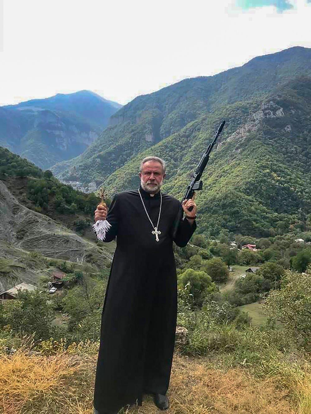 手持卡拉什尼科夫突击步枪的霍夫哈纳斯神父