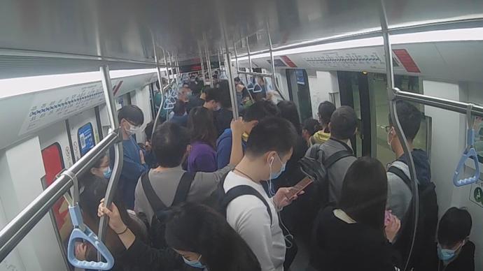 """兩名""""打工人""""早高峰上海地鐵搶座互毆,分別被行拘5日"""
