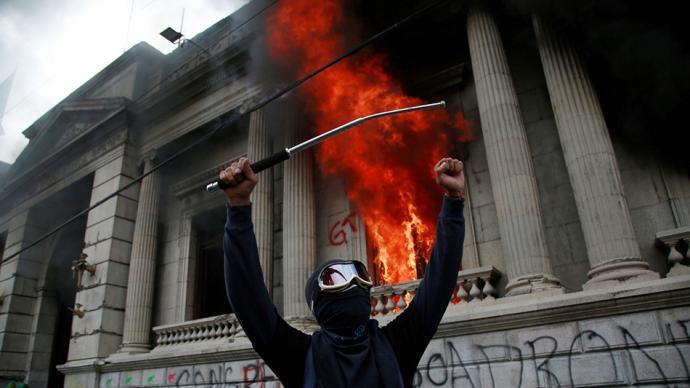 早安·世界|危地马拉爆发反预算抗议,国会大楼遭纵火