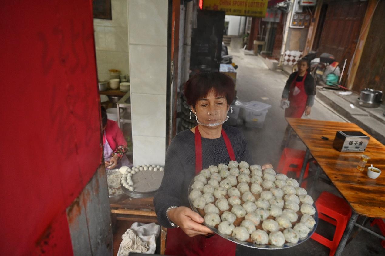 2020年11月23日,三明市沙县,佳兰烧卖,店主在制作沙县烧卖。