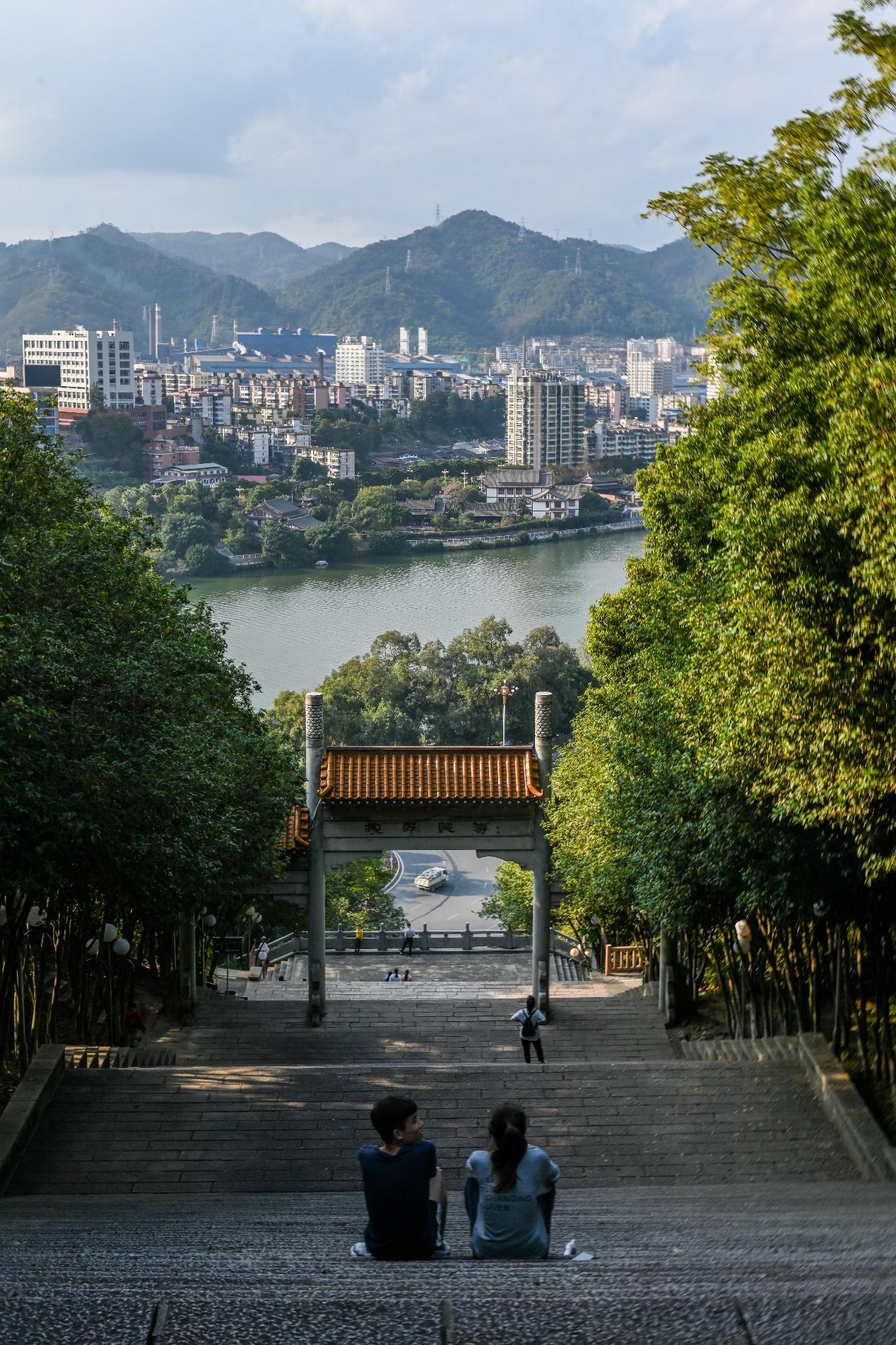 2020年11月22日,三明市麒麟山公园,市民坐在台阶上休息。