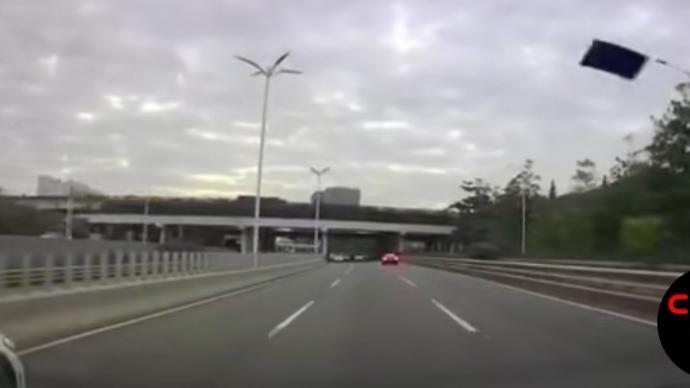 """特斯拉回應""""行駛中天窗飛起"""":授權鈑噴中心曾更換車頂玻璃"""