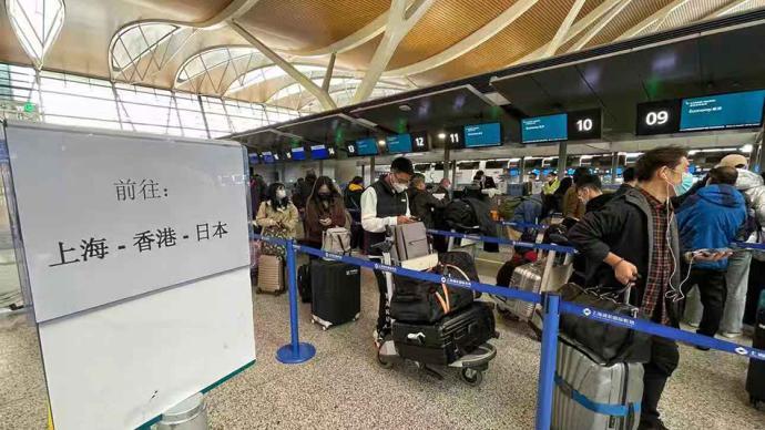 直击|浦东机场航站楼秩序井然,国内国际航班运行正常