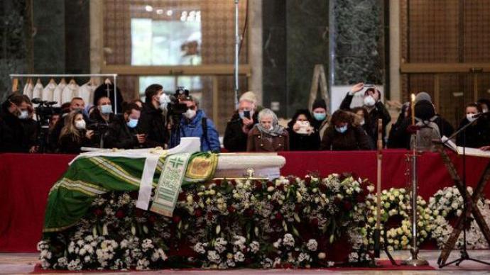 塞尔维亚牧首感染新冠去世,数千人参加葬礼不少人未佩戴口罩