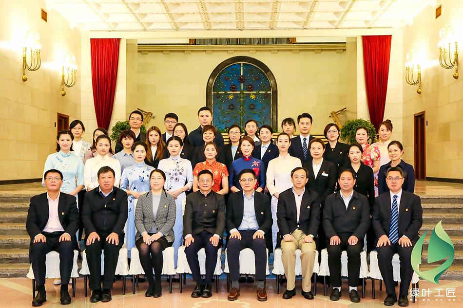 """出席上海机关事务""""绿叶工匠""""风采展示的部分嘉宾。上海市机关事务管理局供图。"""