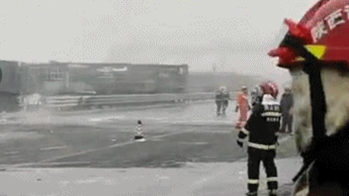 包茂高速铜川段43车连撞事故已致4死6伤,救援仍在进行中