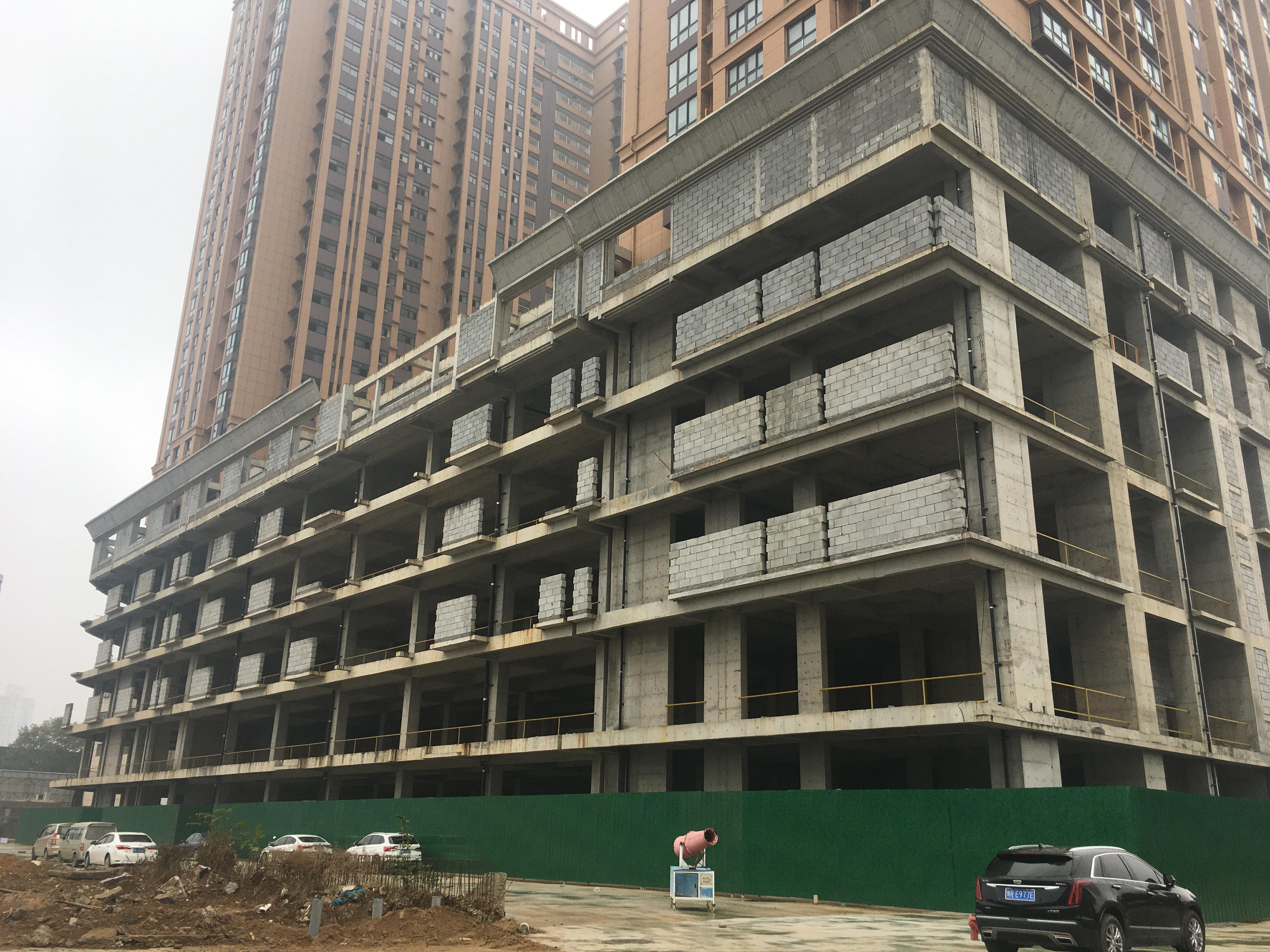 2020年10月31日,铂金时代底下的商业五层因缺乏资金,迟迟未开工建设。李晓芳/摄
