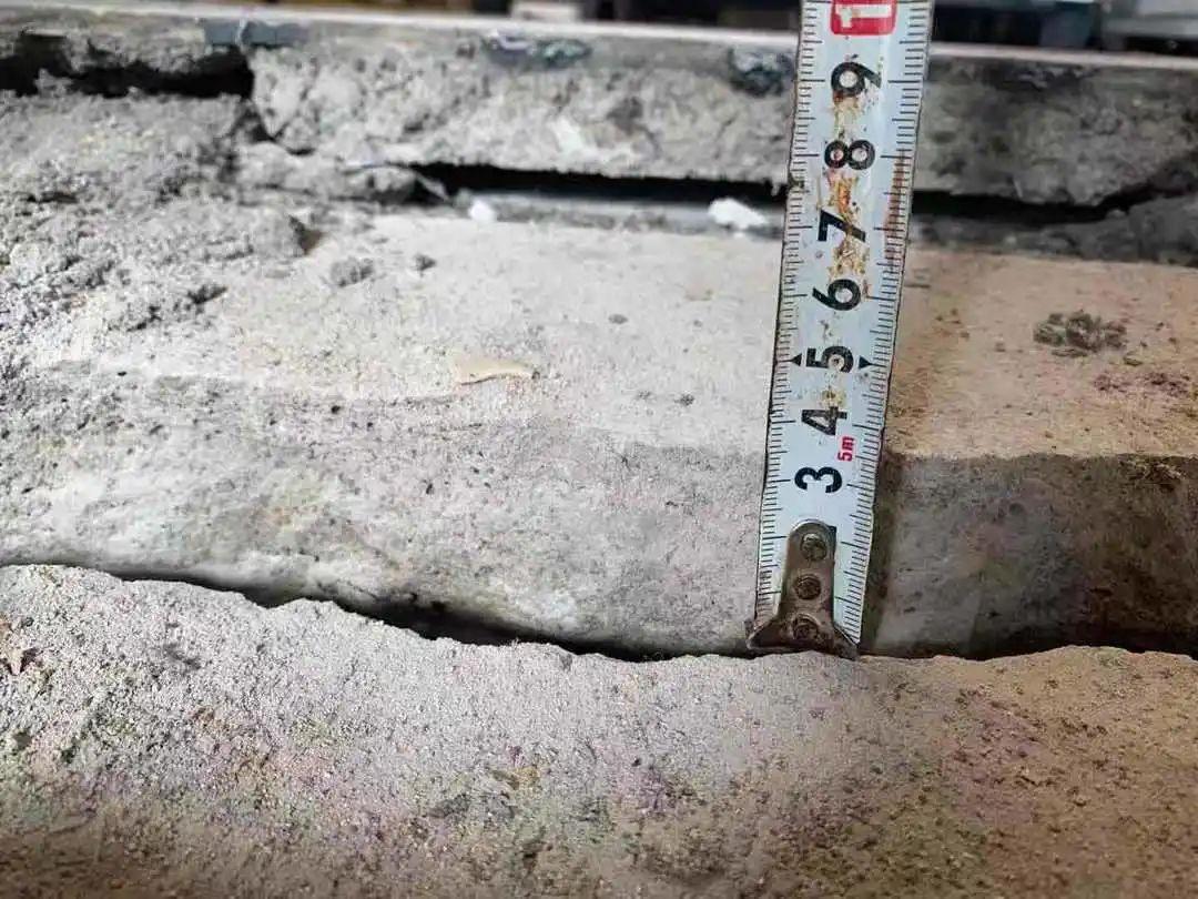 裂缝两侧高差达3.5厘米