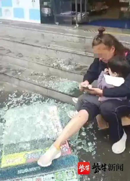 玻璃门倒下,女子受伤。