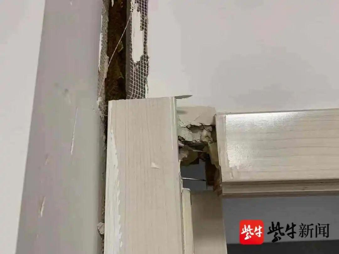 药房二楼受损的门框