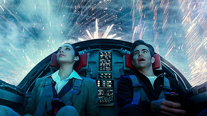 戴安娜和史蒂夫架飞机穿越烟花