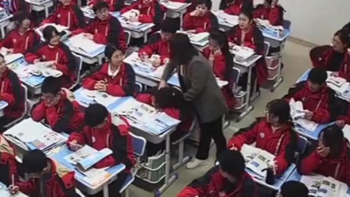 暖心!學生上課睡著被老師揉肩叫醒:孩子青春期直接點名不好