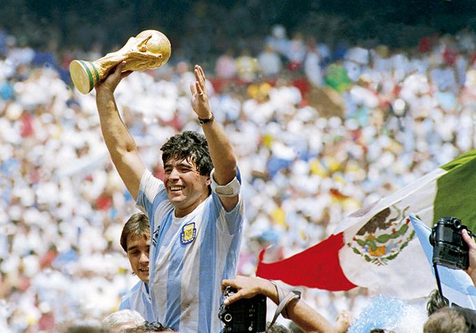 马拉多纳在1986年捧起了世界杯奖杯。