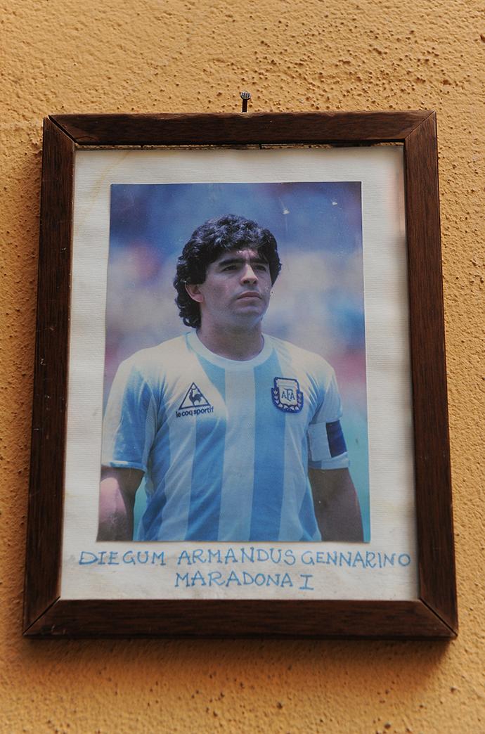 那不勒斯尼洛酒吧外的墙上挂着马拉多纳年轻时的照片。本文图片 人民视觉